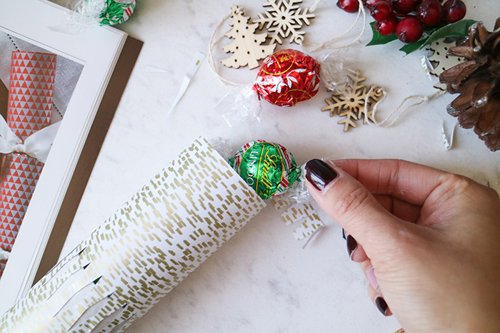 spreading holiday cheer doesnt require a lot of time nor effort these diy christmas crackers - Diy Christmas Crackers